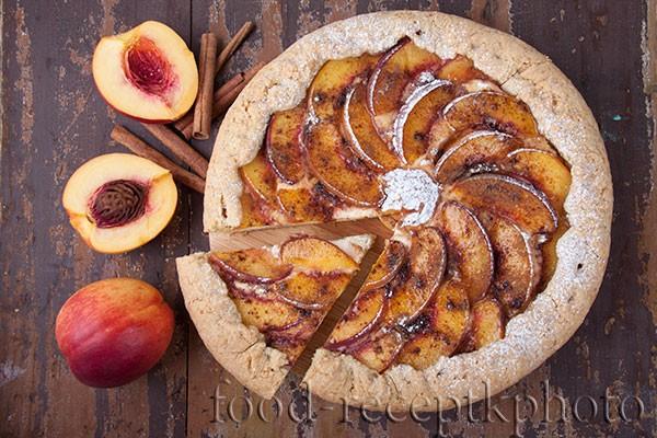 Пирог с нектаринами и творогом