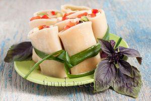 На фото крупные макароны фаршированные салатом из помидор,болгарского перца с творожным сыром