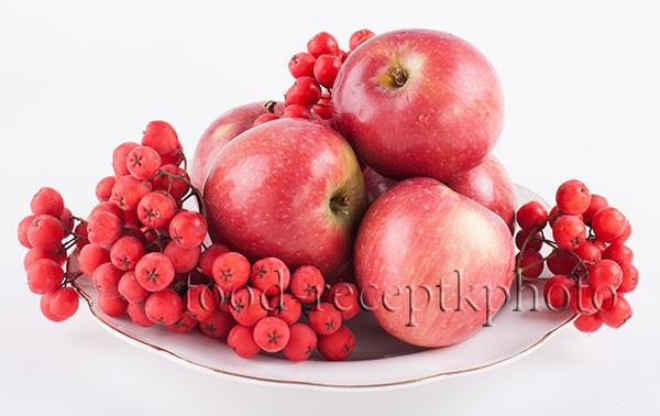 Ягоды рябины с яблоками