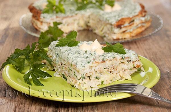На фото кусок торта из кабачков с прослойкой из творожного мягкого сыра с зеленью