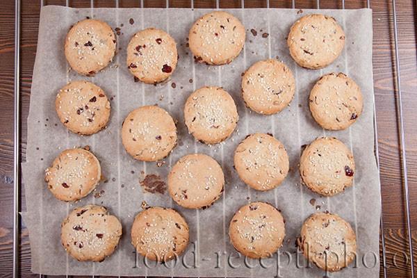 На фото готовое печенье на решетке для остывания