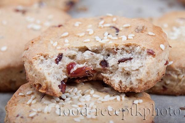 На фото Овсяное печенье с клюквой крупным планом в разрезе