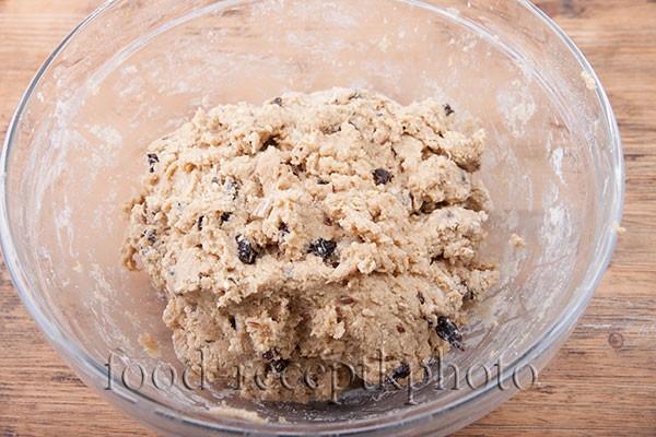 На фото тесто для печенья в стеклянном салатнике