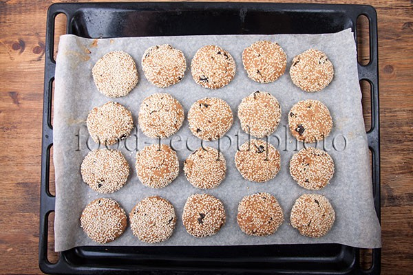 Овсяное печенье на противне для выпекания
