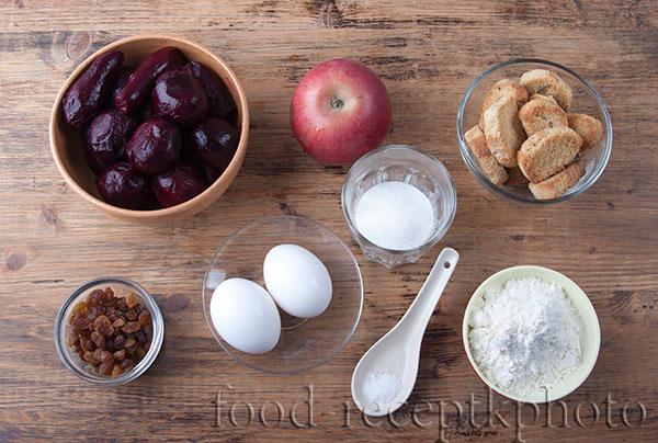 На фото ингредиенты для свекольного пирога