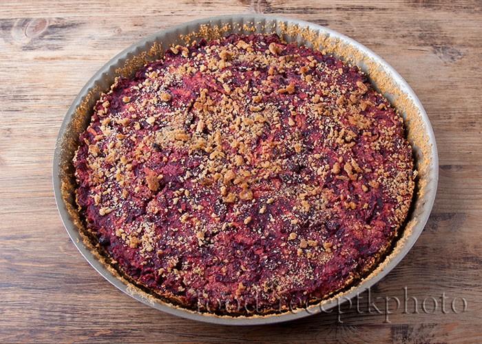 Свекольный пирог в форме после выпечки