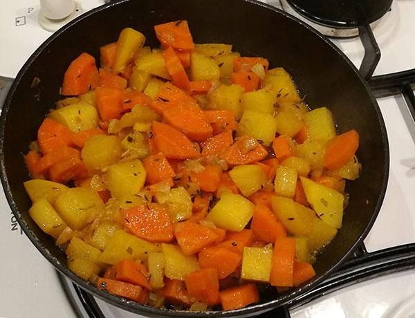 На фото репа и морковь в сковороде