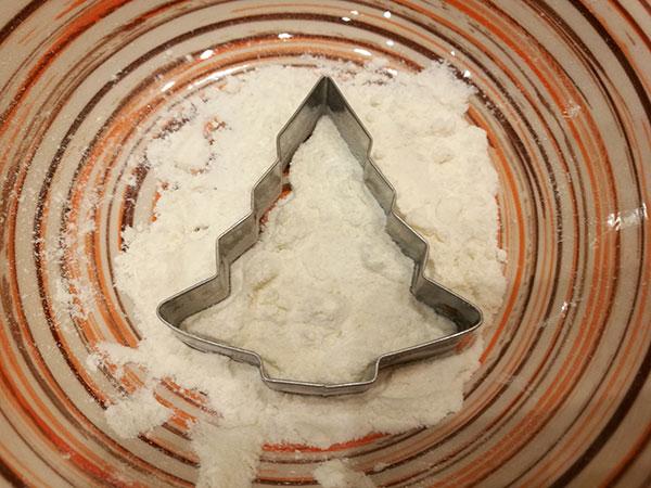 Форма для вырезания печенья в тарелке с мукой