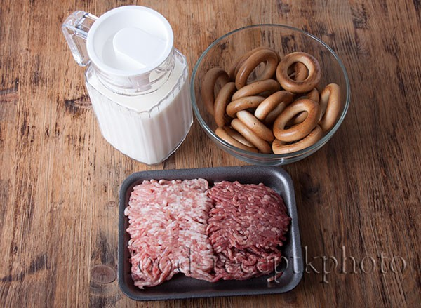 Ингредиенты для сушек с фаршем : молоко, сушки, фарш