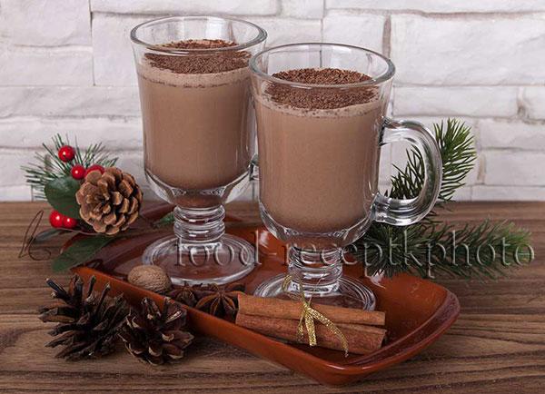 На фото в двух больших бокалах шоколадный напиток гоголь -моголь с новогодней атрибутикой