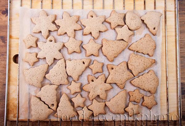 Имбирное печенье после выпечки остывает на решетке