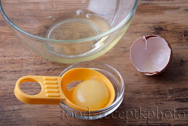 На фото желток и белок яйца разделенные