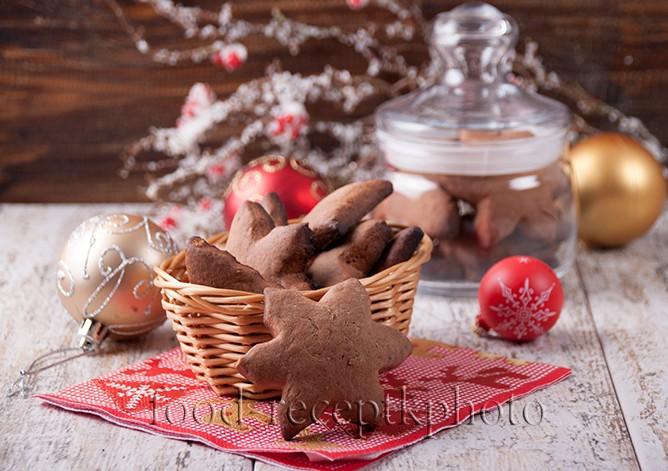 На фото печенье в корзинке в новогоднем стиле