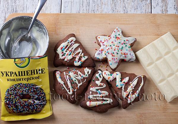 На фото ингредиенты для украшения печенья белый шоколад и кондитерская посыпка