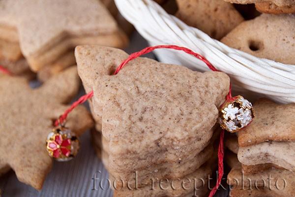 Имбирное печенье с новогодними украшениями крупным планом