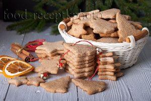На фото имбирное печенье в белой корзинке и новогодние украшения