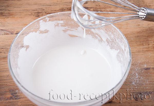 На фото приготовленная глазурь в стеклянном салатнике