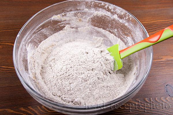 На фото стеклянный салатник с тестом для калиток