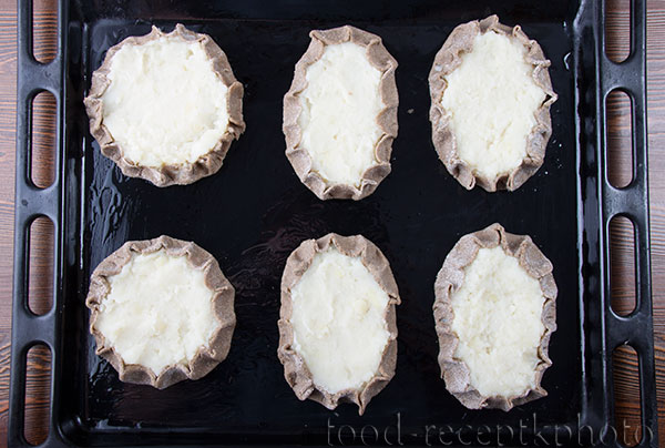 На фото калитки с картофелем на противне