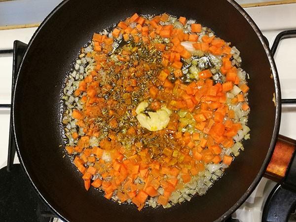 На фото в сковороде обжаривается репчатый лук,морковь и чеснок