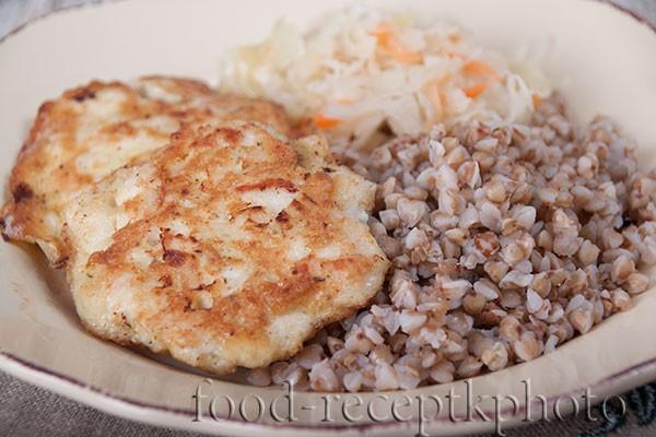 На фото блюдо с куриной котлетой и гречкой