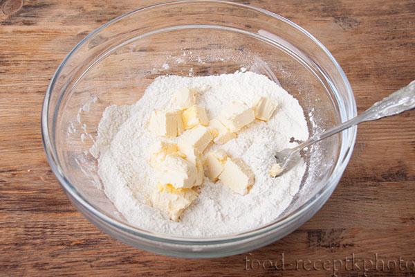 На фото в стеклянном салатнике смесь муки с маслом