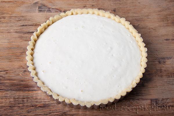 На фото сырой пирог с начинкой в форме для запекания