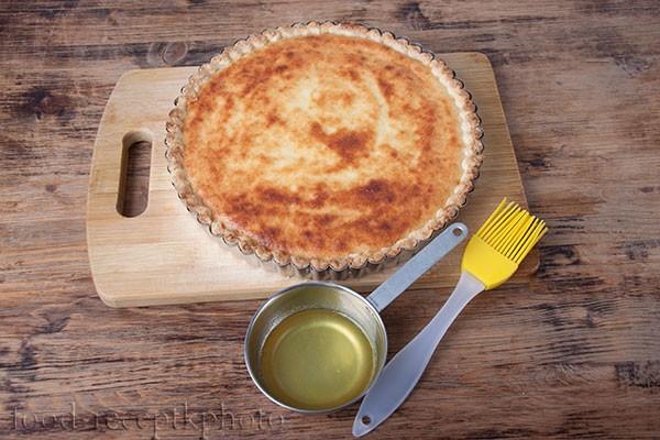 На фото творожный пирог в форме для выпечки и кокотница с сиропом