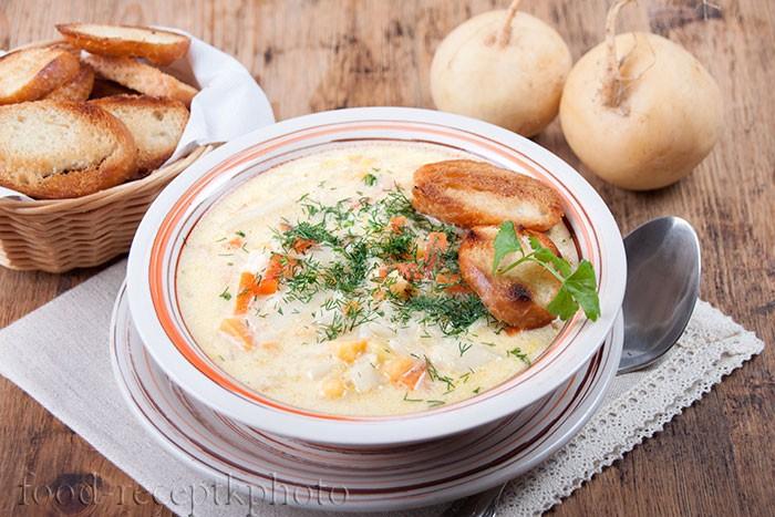 На фото в тарелке овощной суп с гренками
