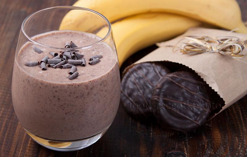 На фото в стакане шоколадно-банановый смузи с печеньем