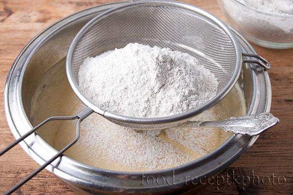 На фото мука просеиваемая через сито в миску к масляно-яичной смеси