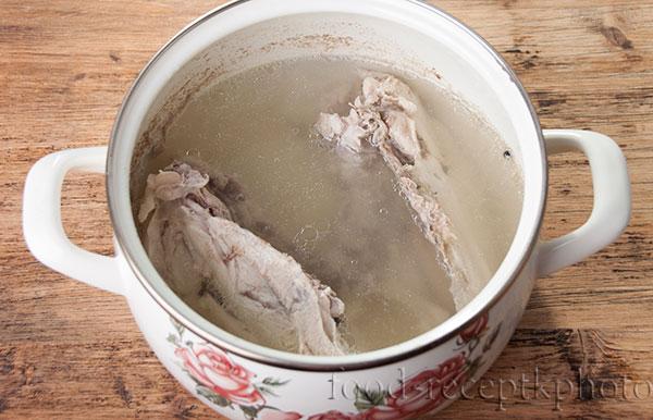 На фото кастрюля с куриными костями и водой для бульона