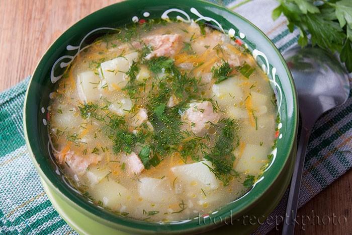 На фото в красивой зеленой керамической тарелке ячменный суп