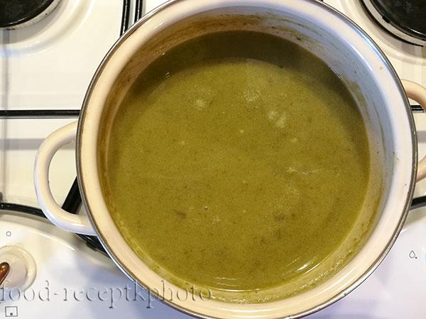 На фото кастрюля с готовящимся супом из щавеля