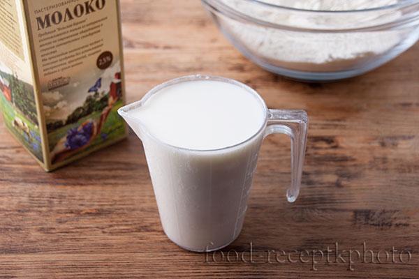 На фото молоко в мерном стакане