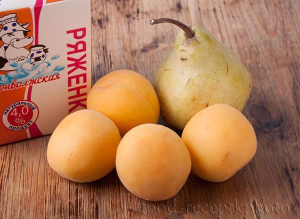 На фото абрикосы,груша и пачка ряженки на деревянном столе