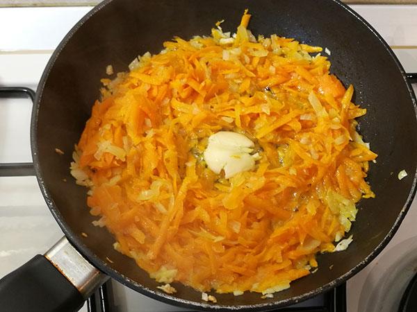 На фото в сковороде пассеруется репчатый лук и морковь