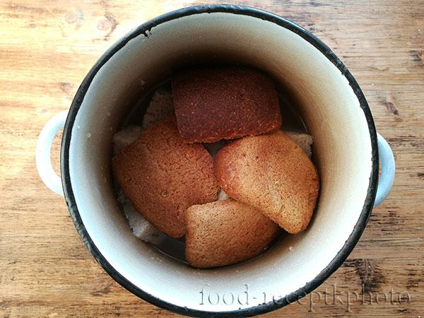 Корочки хлеба в кастрюле