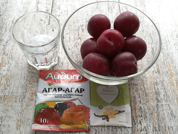 На фото ингредиенты:сливы в стеклянном салатнике\.сахар в стакане,пачка агар-агара и пакетик ванильного сахара