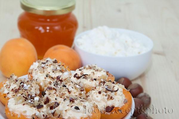 На фото в белой тарелке абрикосы с творогом и творог с баночкой меда на заднем плане