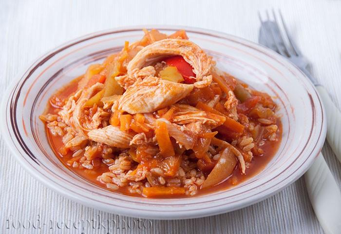 На фото в тарелке блюдо из отварной курицы с лечо и рисом