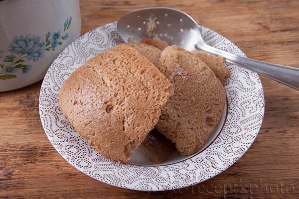 На фото тарелка с хлебом-закваской