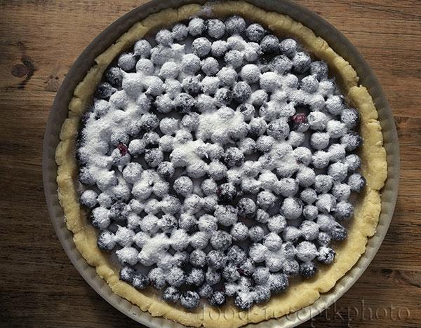 На фото форма для выпечки с песочным тестом и ягодами
