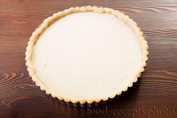 На фото форма для выпечки с песочным тестом и сметанной заливкой для пирога