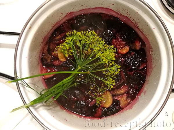 На фото кастрюля с терном и укропом для приготовления соуса