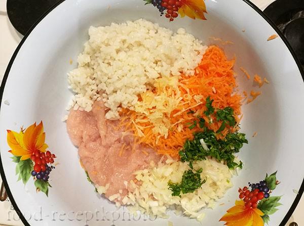 На фото начинка из фарша  и овощей в эмалированной миске