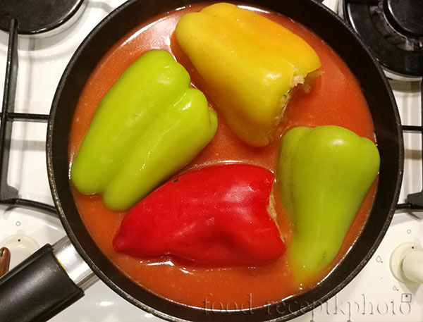 На фото в сковороде фаршированные перцы в томатном соусе