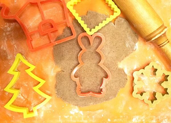 На фото вырубка печенья формой в виде зайца