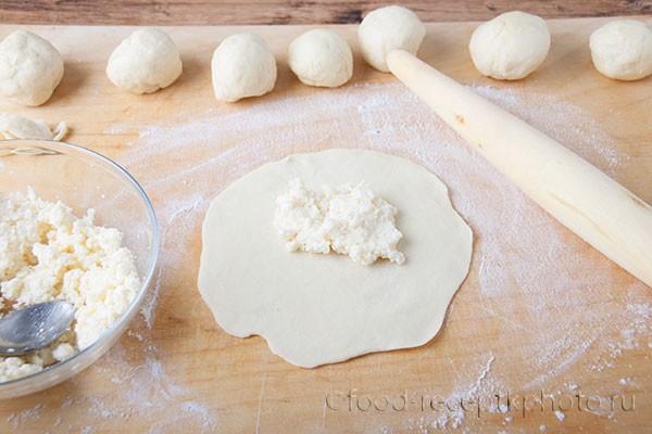 На фото приготовление из теста каргопольских тонких пирогов