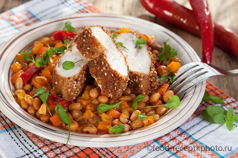 Жареное куриное филе с паприкой и кунжутной панировкой с гарниром из фасоли